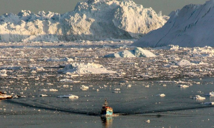 36594145 to-go-with-afp-story-by-slim-allaguia-boat-skims-through-the-melting-ice-in-the-il300